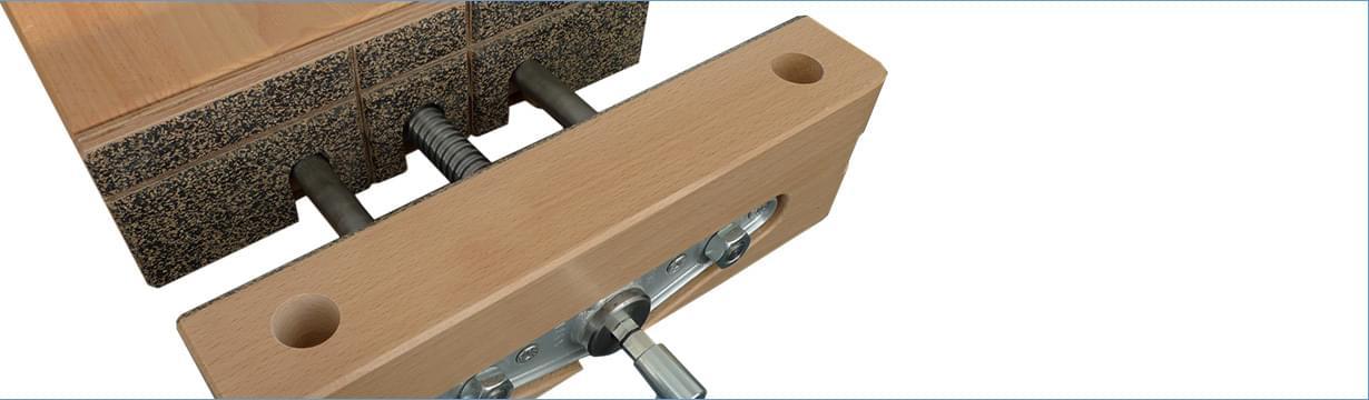 Univerzální dílenské stoly  Kvalitní certifikovane (GS certifikát) dílenské stoly spracovní plochou zbukové spárovky sboční vodící lištou. Stoly lze velmi snadno doplňovat orůzná příslušenství apřizpůsobovat je potřebám prováděných prací.